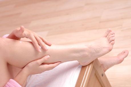 mujer masaje en las piernas