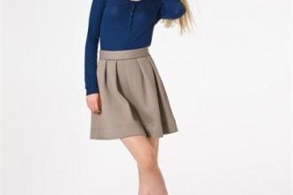 mujer bajita con falda