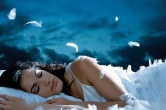 mujer soñando tranquila