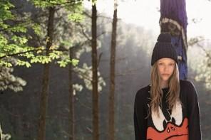 mujer joven con ropa estampada