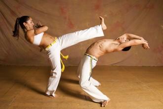 Mujer prácticando capoeira