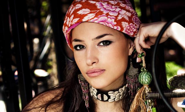 mujer con Look étnico