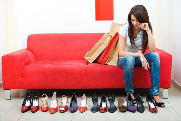 mujer eligiendo zapatos